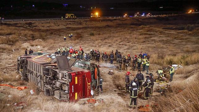 Los bomberos rescatan a las víctimas del interior del autobús siniestrado en Murcia