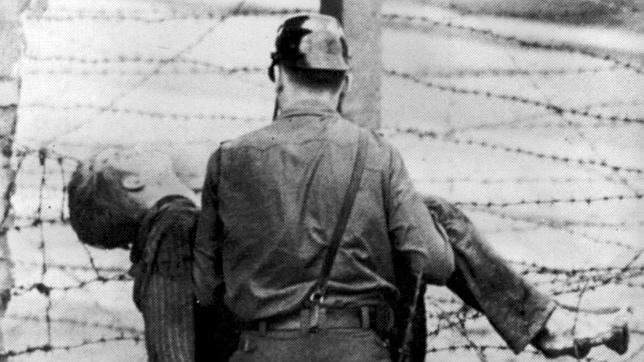 La primera víctima del muro de Berlín: un policía germano oriental recoge el cuerpo sin vida del joven Peter Fechter