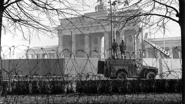 Soldados frente a la Puerta de Brandeburgo
