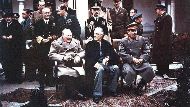 Los presidentes de las fuerzas aliadas, Winston Churchill (Reino Unido), Franklin D. Roosvelt (EE.UU.) y Iósif Stalin (URSS), se reunen en la Conferencia de Yalta.