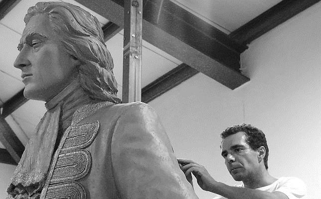 El escultor Salvador Amaya, dando los últimos retoques a la estatua de Blas de Lezo