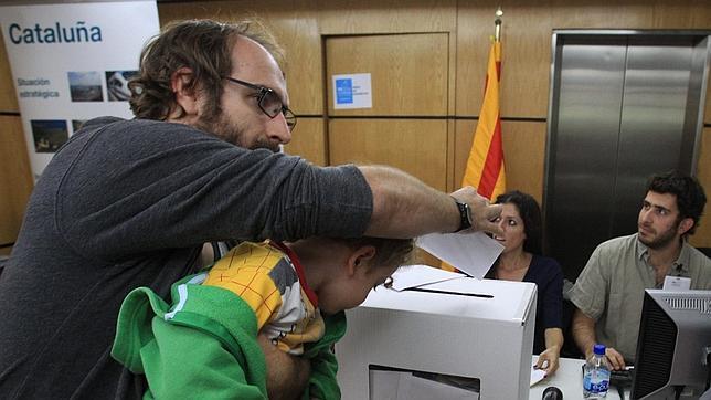 Un padre vota junto a su hijo en Ciudad de México