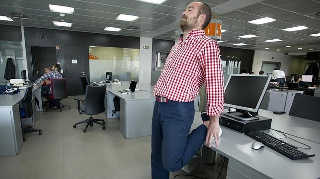 Tres estiramientos de lumbares para hacer en la oficina for Estiramientos oficina