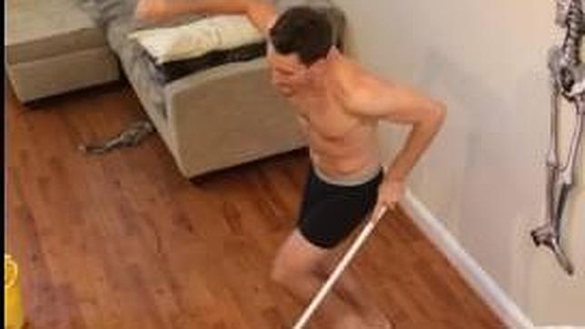 Millones de visitas en Youtube por limpiar el piso en calzoncillos tras una fiesta