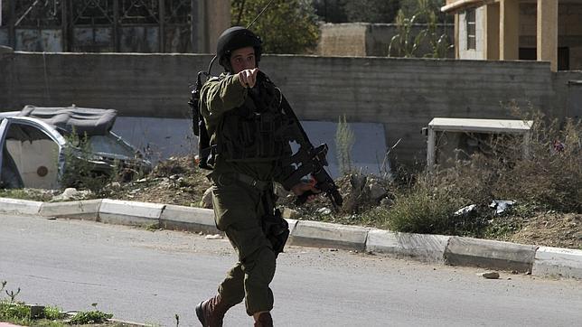 Un soldado israelí patrulla una calle durante enfrentamientos con manifestantes palestinos