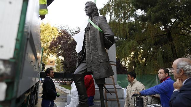 Montaje de la estatua de Blas de Lezo en la plaza de Colón