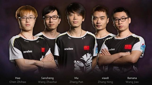 El equipo chino NewBee, ganadores del torneo de videojuegos con mayor premio de la historia, The International 2014, del juego «Dota 2»