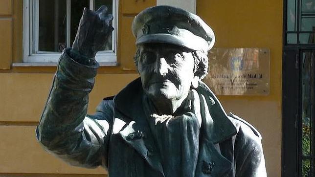 La estatua de Ángeles Rodríguez Hidalgo 1900-1993 preside la avenida de Peña Gorbea