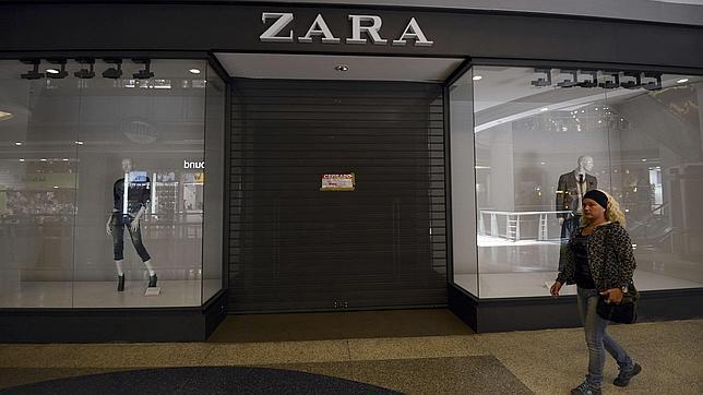Tienda de ropa de Zara cerrada en un centro comercial de Caracas