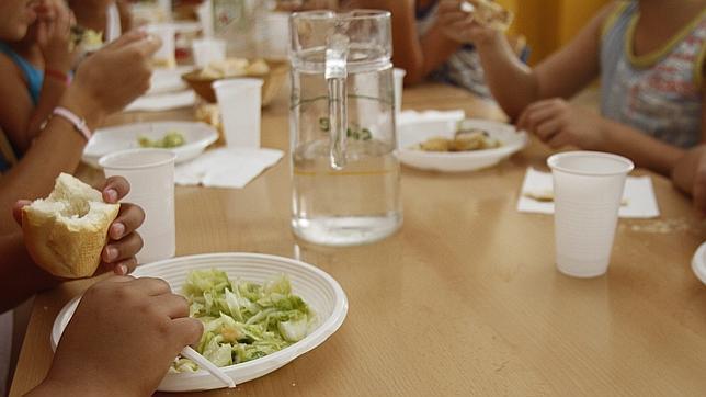 Casi el 15 % de los niños en Barcelona tiene beca de comedor