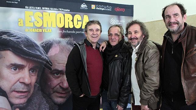 Los protagonistas y el director de «A Esmorga» durante su presentación en Santiago