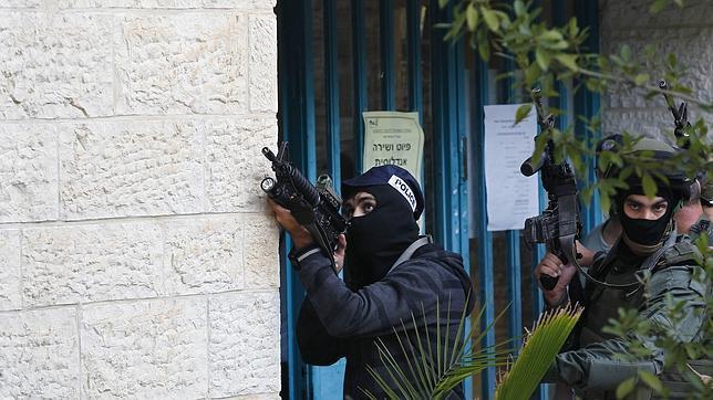 Las fuerzas de seguridad israelíes tratan de entrar en la sinagoga atacada este martes