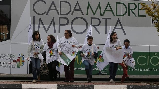 Inicio de la pegada de carteles para publicitar la marcha del próximo sábado 22 de noviembre contra la ley del aborto