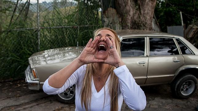 Lilian Tintori grita a su esposo, Leopoldo López, desde los exteriores de la cárcel donde está internado por el régimen de Maduro