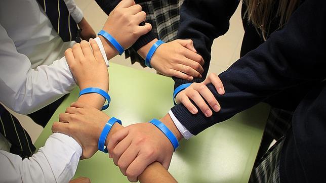 Alumnos de Caxton College con las pulseras contra el acoso