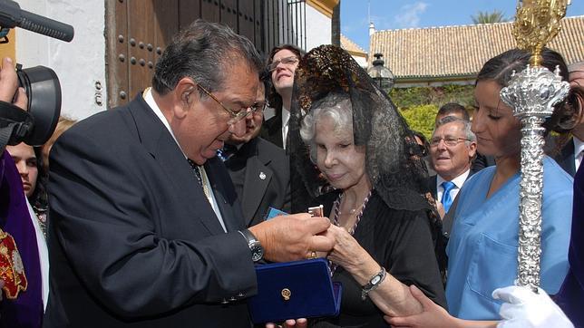 La Duquesa de Alba recibió la medalla y las llaves de la Hermandad de los Gitanos