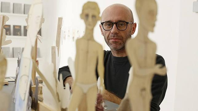 Guillermo Martín Bermejo entre las piezas de «Teeny Hell», en Factoría de Arte y Desarrollo