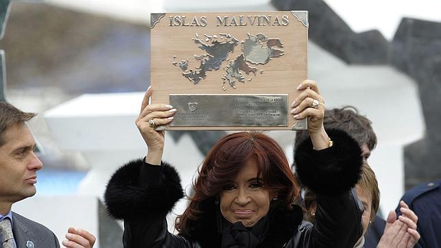 Kirchener conuna placa en 2012, 30 aniversario de la guerra de las Malvinas