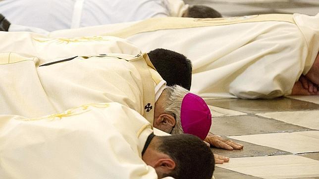 El Arzobispo de Granada se postra ante el altar para pedir perdón por los «escándalos»
