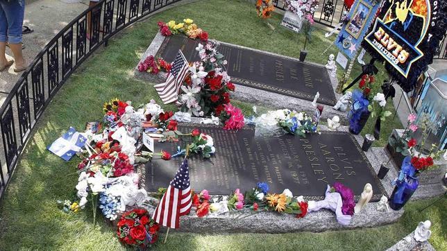 Varios aficionados visitan la tumba de Elvis.