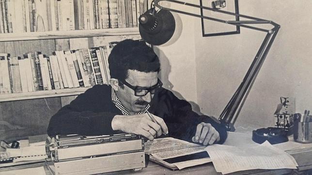 Gabriel García Márquez revisando el texto de «Cien años de soledad»