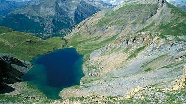 Panorámica del pirenaico lago Sabocos, afectado por el lindano