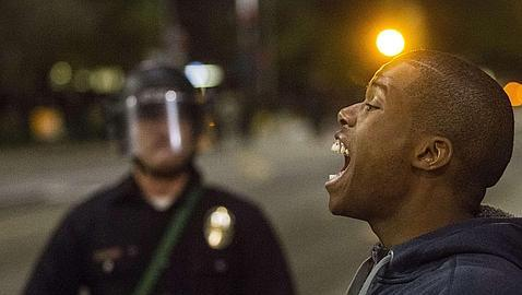 Un joven negro grita contra la Policía en Ferguson