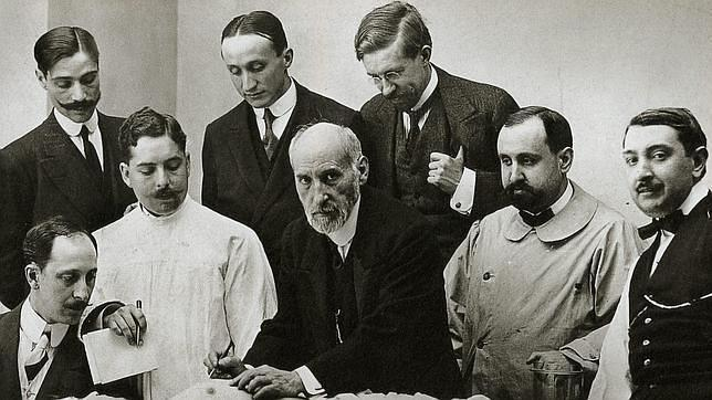 Santiago Ramón y Cajal (en el centro) en la sala de disecciones