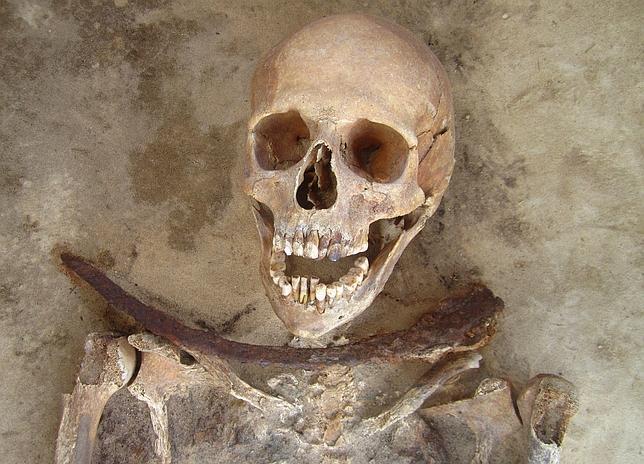 Los restos de una mujer en la treintena, con una hoz sobre su cuello