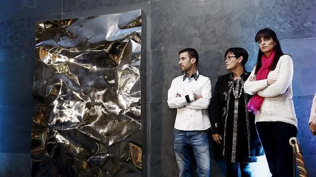 La hija y la viuda de las dos últimas víctimas de ETA en Navarra -los policías nacionales Julian Embid y Bonifacio Martín-, y Borja Salvá (i), hermano de Diego Salvá -guardia civil navarro que fue asesinado en Mallorca en el último atentado mortal de los terroristas descubren la escultura