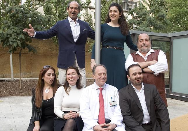 Foto de familia de los participantes en el recital, junto al doctor Pere Gascón
