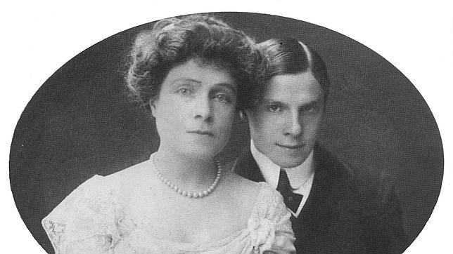 Luis Fernando de Orlean junto a su madre, la Infanta Eulalia