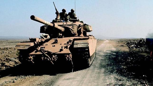 Un carro de combate «centurion» israelí deja atrás los restos de la batalla durante la guerra del Yom Kippur, en el Sinaí, en 1972
