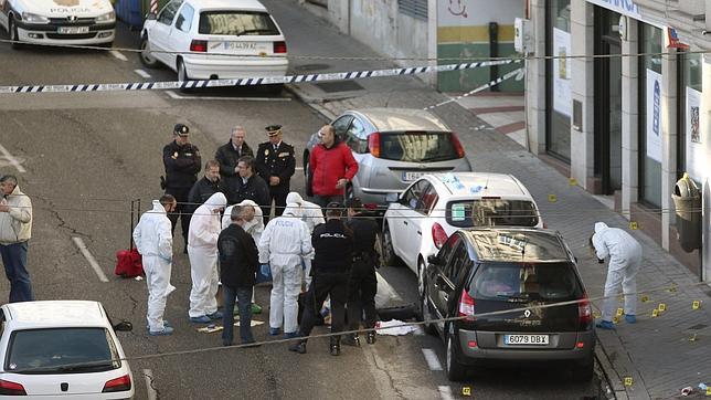 Agentes de la Policía, alrededor del cadáver del atracador en una sucursal de Vigo