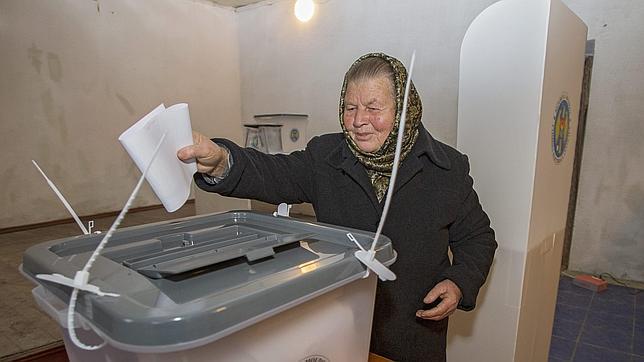 Una anciana deposita su voto en Goian