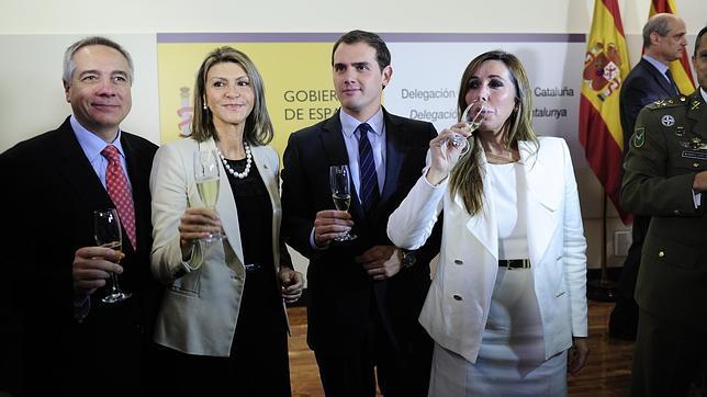 Pere Navarro (PSC), Llanos de Luna, Albert Rivera (C,s) y Alicia Sánchez-Camacho (PPC) brindaron por la Constitución de 2013
