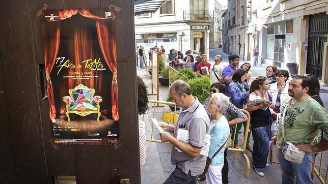 Cola de espectadores para conseguir entradas para la Feria de Teatro de Ciudad Rodrigo