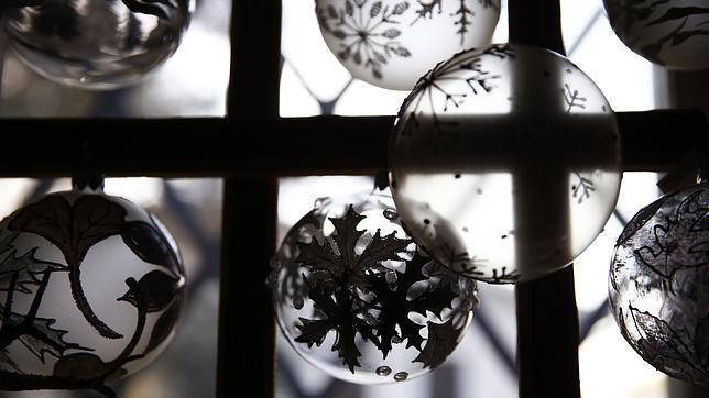 Cinco ideas a bajo coste para decorar tu casa por navidad - Decorar bolas de navidad ...
