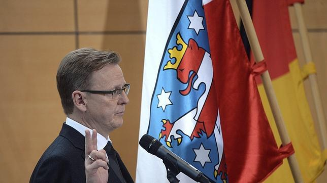 El líder de la Izquierda alemana Bodo Ramelow (c), jura el cargo en el Parlamento regional (Landtag) en Erfurt, Turingia (Alemania)