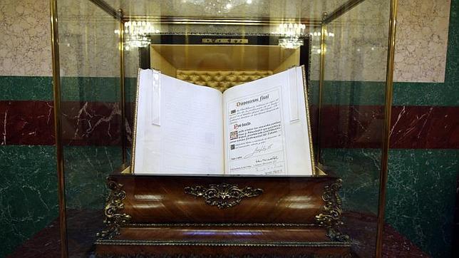El ejemplar de la Carta Magna de 1978 original custodiado en la urna