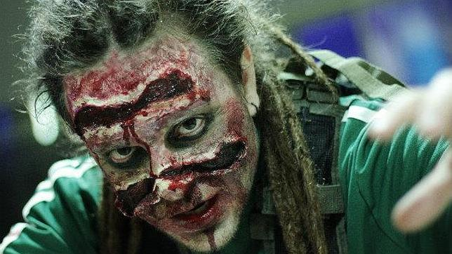Uno de los zombies que participó en el evento