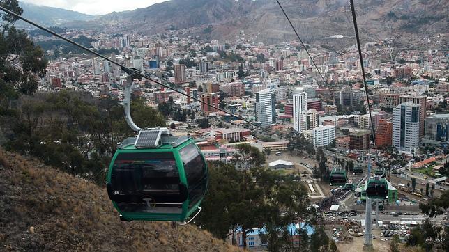Vista general de la tercera línea del sistema de transporte urbano por teleférico durante su inauguración en la zona sur de La Paz (Bolivia)