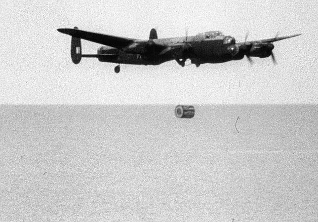 Momento en el que un Avro Lancaster B Mk III deja caer una de las bombas cilíndricas inventadas por el ingeniero Barnes Wallis