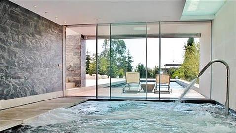 Diez casas con piscina climatizada en madrid for Piscinas cubiertas salamanca