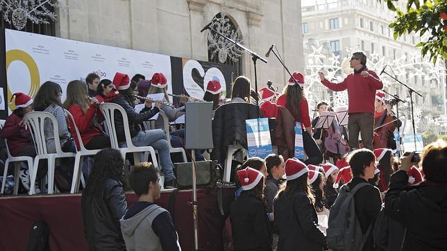 Un coro y una banda participan en un festival de villancicos