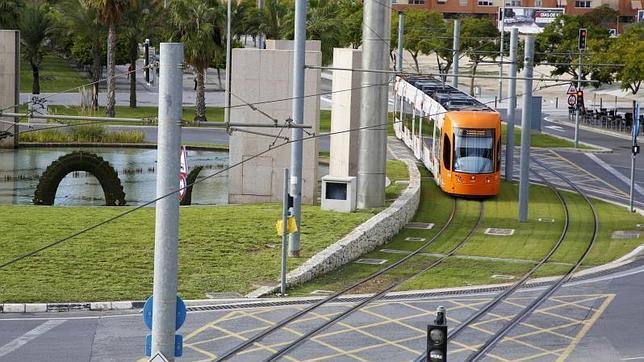 El TRAM de Alicante realizó durante la madrugada un simulacro de accidente con decenas de personas