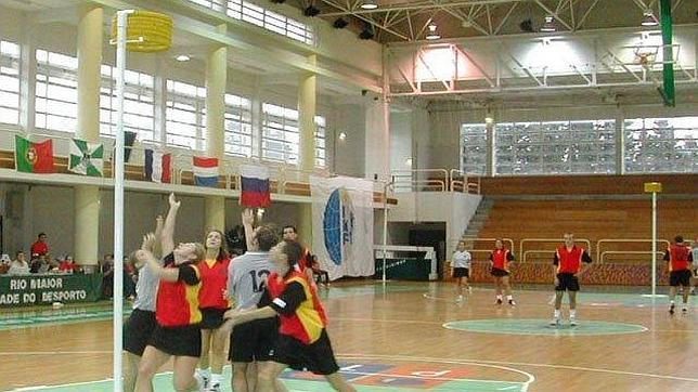 El korfbal es una especie de baloncesto con equipos mixtos