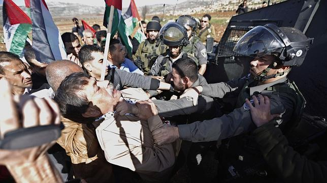 El ministro palestino agarrado por el cueello por agentes israelíes el miércoles poco antes de morir