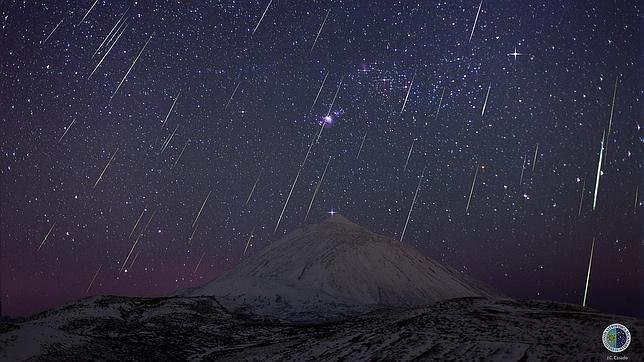 Composición de la lluvia de estrellas fugaces Gemínidas sobre el Teide (Tenerife) tomada en diciembre de 2013