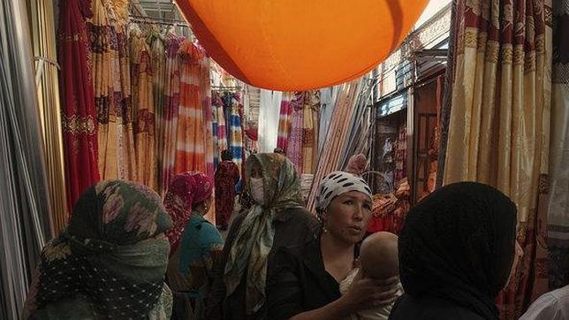 Mujeres uigures en un bazar de la región de Xinjiang